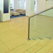 DIN Eingang - Boden, Treppe und Tisch aus Kalkstein - www.din.de
