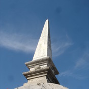 Bleibtreustraße 17 - Denkmalpflege Obelisk aus Travertin privater Bauherr