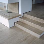 privat - Boden, Treppe und Kamin aus Travertin