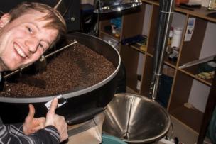 Teilnehmer eines Einzelcoachings beim Kaffeerösten