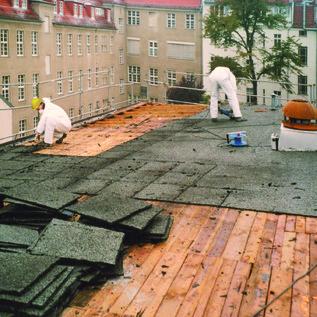 Demontage des Schadstoff belasteten Dachbelages in Vorbereitung für den Gebäudeabbruch Krankenhaus Lichtenberg und fac