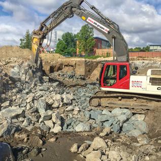 Abbruch von Stahlbeton, allein der Hydraulikhammer wiegt 5000 kg