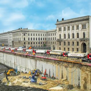 Ausbau Leipziger Platz 12, Shopping-Center, 800.000 Tonnen Erdstoff abtragen. LKW mit 26 Tonnen Erdaushub gingen von der