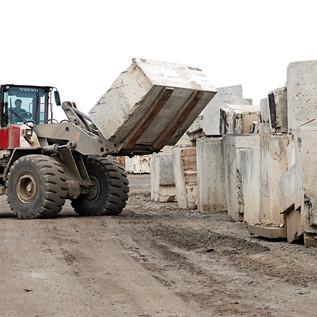 Einer der beiden 55-Tonnen-Radlader beim Beladen. Mit den 55-Tonnen-Radladern von BTB sind Ladeleistungen von 500 Tonnen