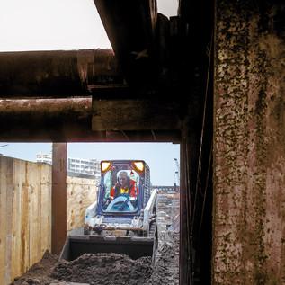 Beim Verfüllen von Brückenwiderlagern unter Decken und Aussteifungen