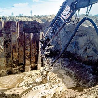 Hydraulische Baggerpumpe zum Ab- pumpen und Fördern von dickfl  üssi-  gem Restschlamm