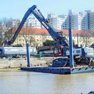 Als kompetenter Anbieter im Unterwasseraushub verfügt das Unternehmen über eine Reihe eigener Koppelpontons, auf denen