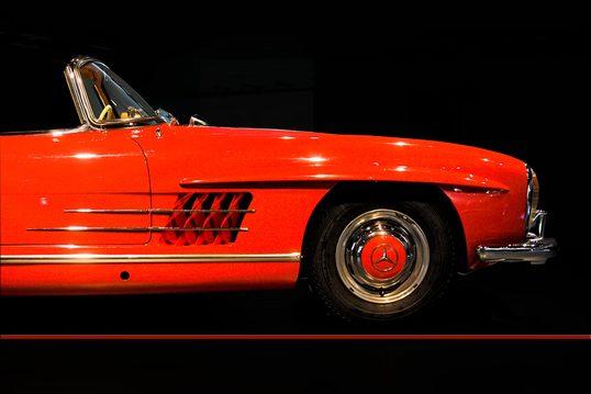 Foto eines wertvollen roten Mercedes Oldtimer in Seitenansicht