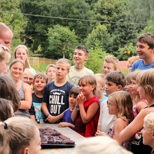 Kinder am Tisch mit Kuchen