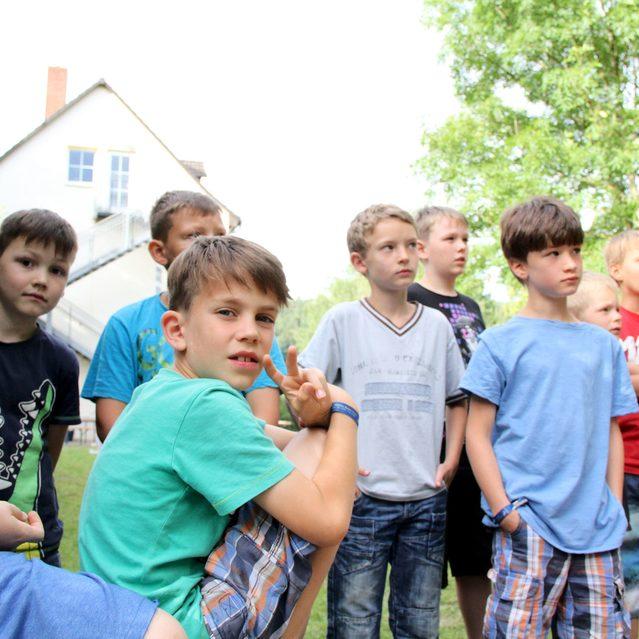 Gruppe von Kindern die zuhören