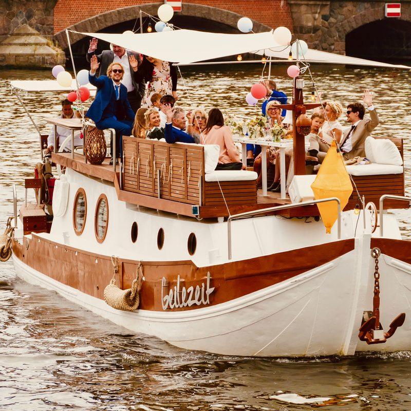 Eine Hochzeitsfeier auf dem Eventboot