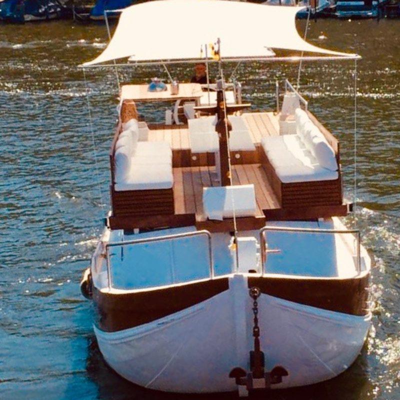 Unser Eventboot im Sonnenschein