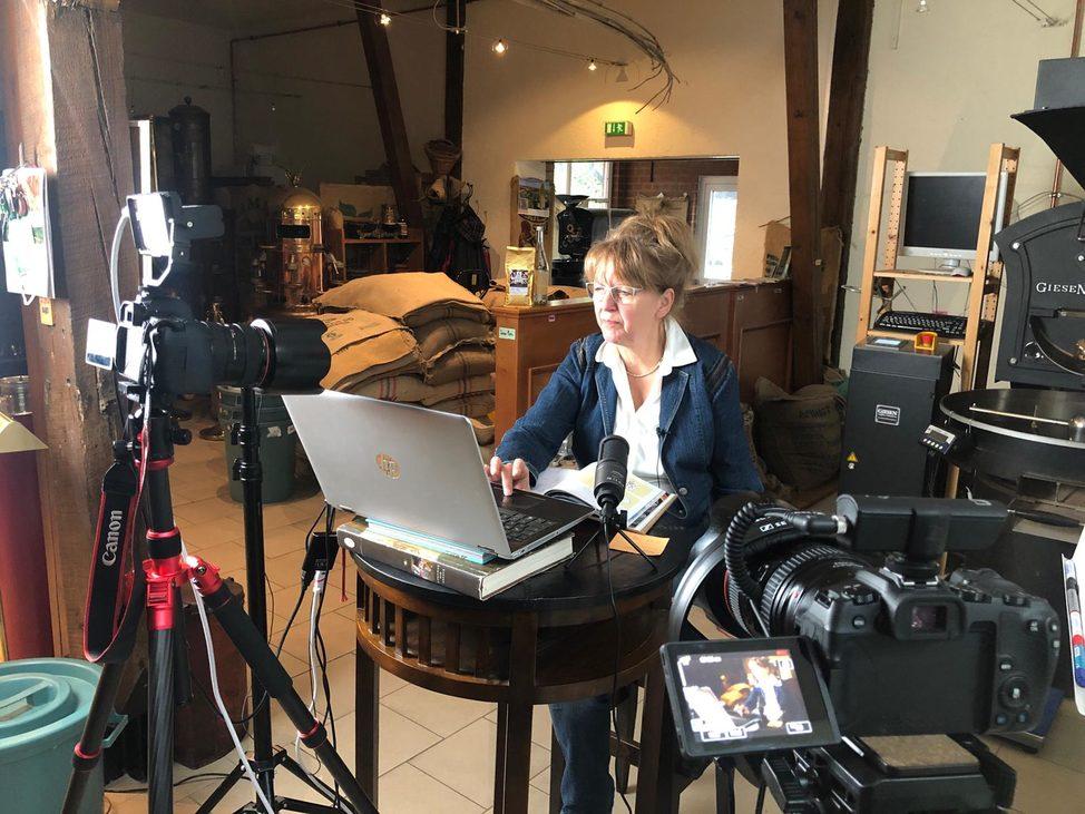 Röstprofi Marianne Krassort in Ihrer Kaffeerösterei